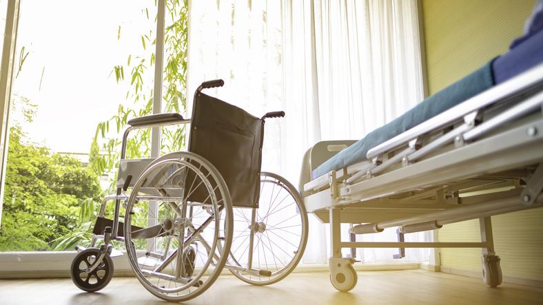 Le lit de la chambre sera médicalisé ou adapté à la personne handicapée