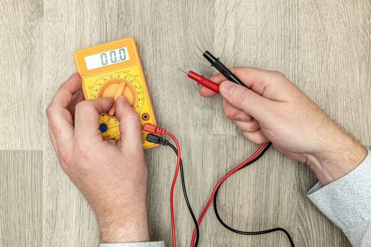 Un multimètre numérique capable de mesurer de nombreuses grandeurs