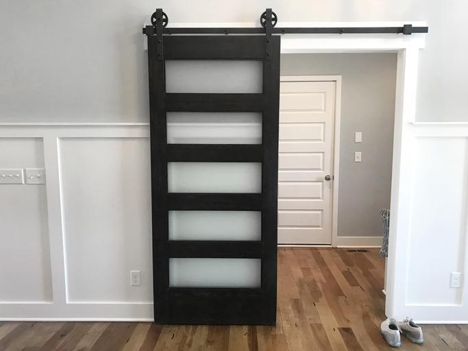 Une porte coulissante ne rogne pas l'espace de la chambre