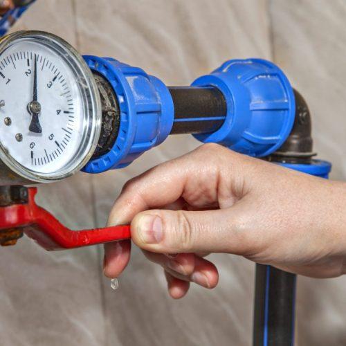La pression de l'eau ici mesurée par un manomètre