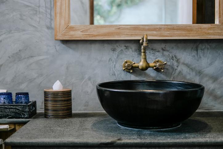Un robinet mélangeur dans une salle de bains