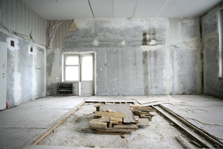 Une maison ancienne ayant besoin d'une rénovation