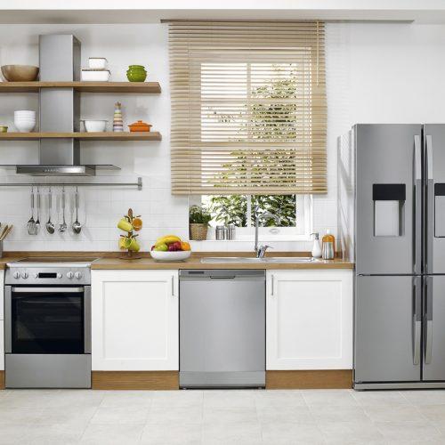 une cuisine équipée avec des appareils électro-ménagers neufs