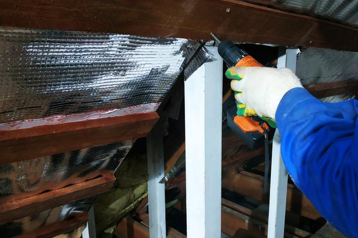 Pose d'une isolation dans les rampants de la toiture