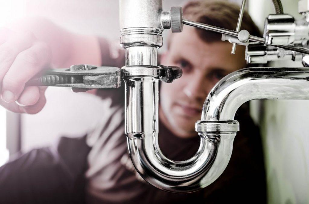 Un plombier en train de faire des travaux