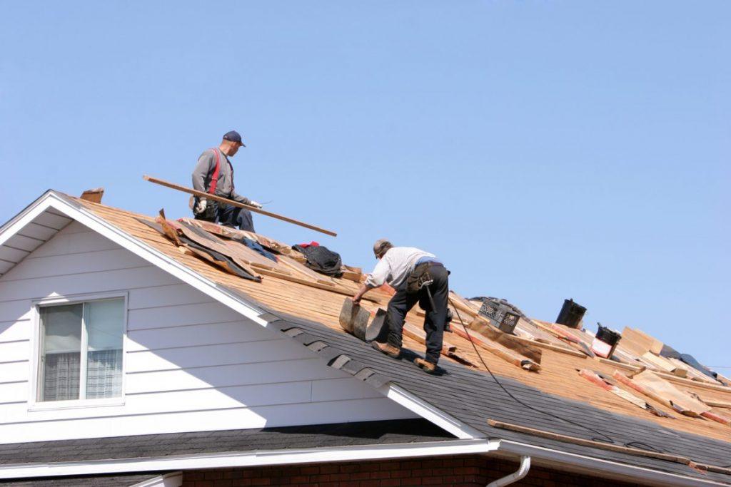 Des ouvriers travaillent sur une toiture