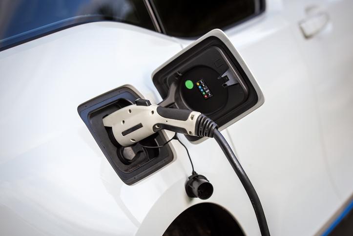 charge-voiture-electrique-branchement