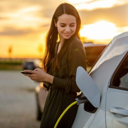 femme-charge-voiture-electrique-blanche