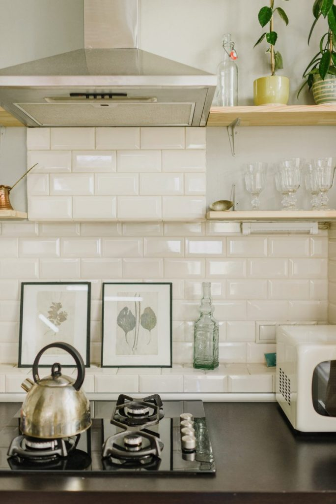 harmoniser-les-matieres-brut-dans-la-cuisine-briques-blanches