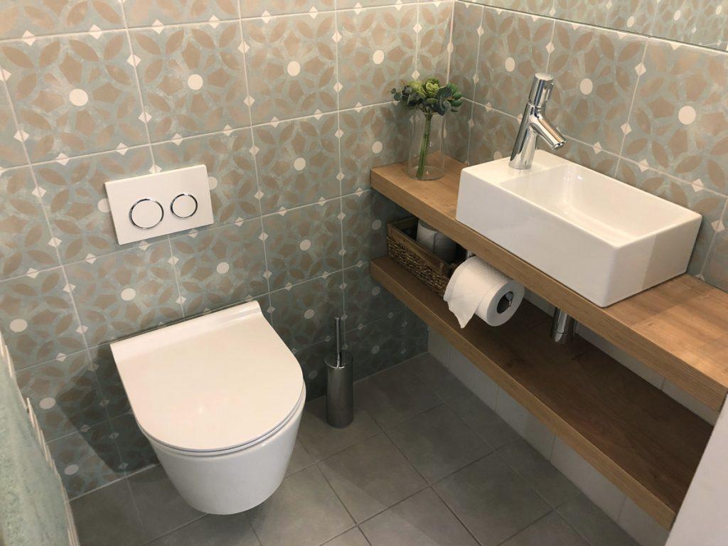 toilettes-suspendus-petite-salle-de-bain-moderne
