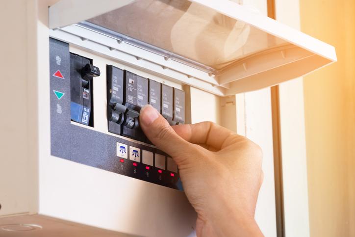 Couper le disjoncteur adéquat avant toute intervention sur le circuit électrique