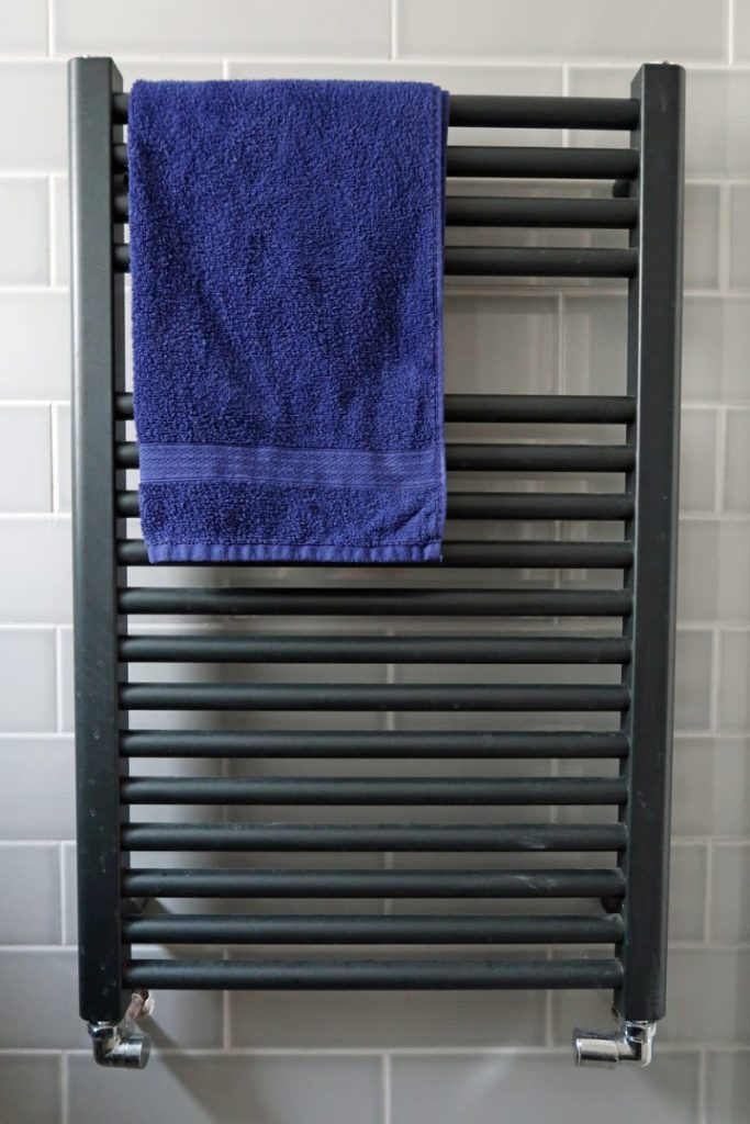 etapes fixer seche serviette carrelage