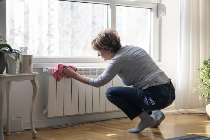 femme-chiffon-radiateur-electrique