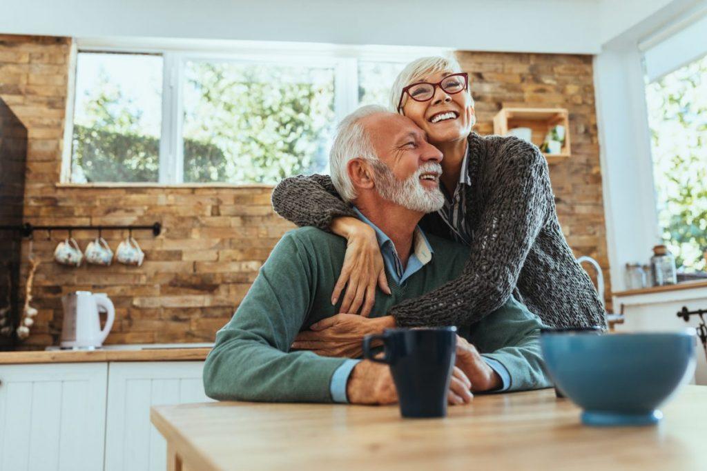 séniors heureux d'avoir adapter un logement pour leur retraite