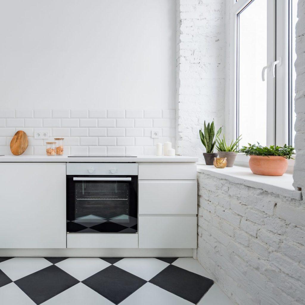 cuisine blanche avec carrelage noir et blanc