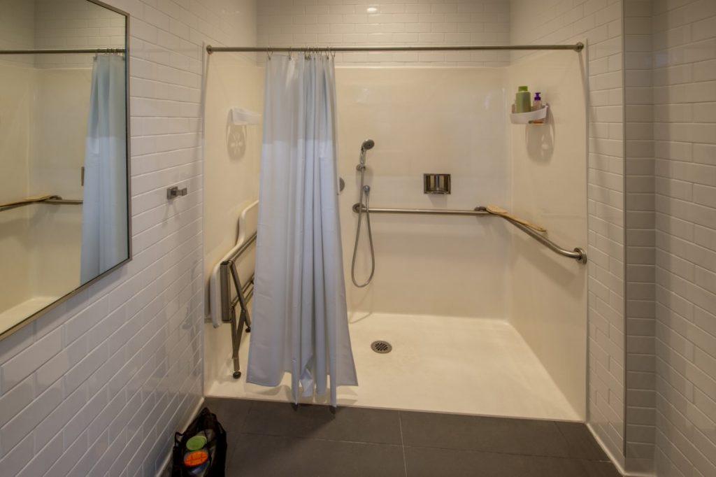 salle de bain PMR avec grande douche