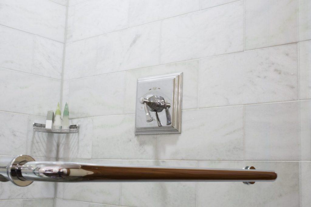 salle de bain PMR barre d'appui