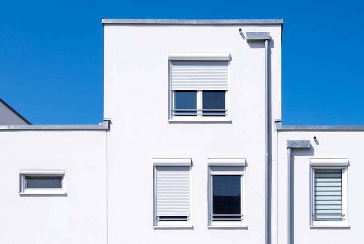 maison blanche avec volets roulant