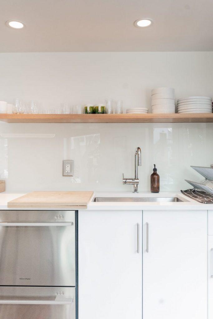 cuisine blanche avec crédence carrelage blanc et étagère en bois