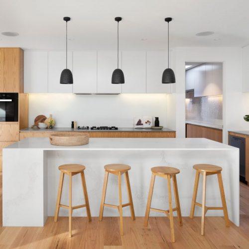 cuisine moderne bois avec ilot central blanc et tabouret bois