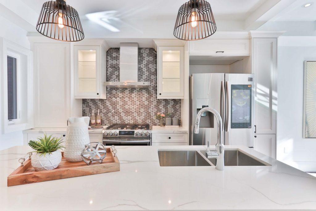 cuisine blanche design avec ilot central et crédence carrelage grise