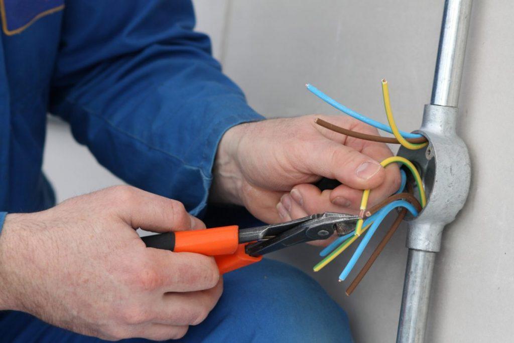 pince à sertir électrique cosse