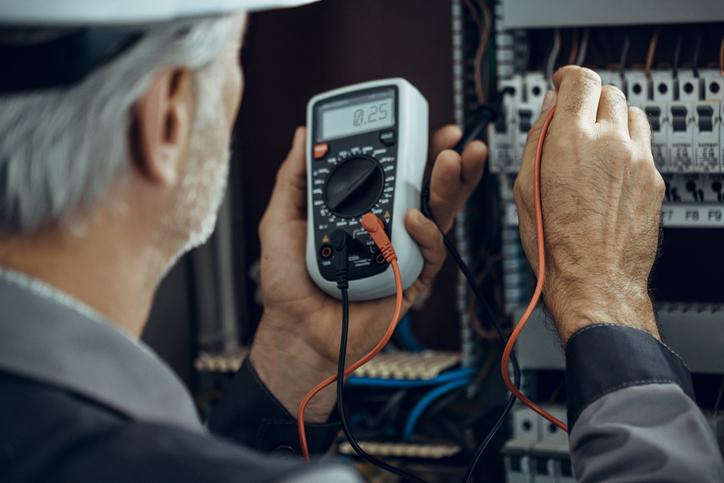 Un multimètre permet de mesurer différentes valeurs électriques