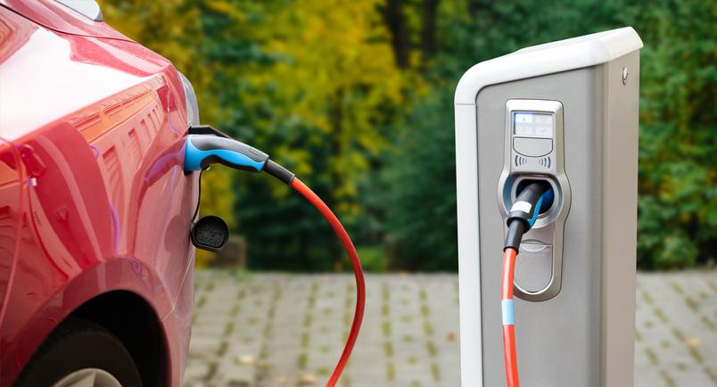 Une voiture électrique en train d'être rechargée