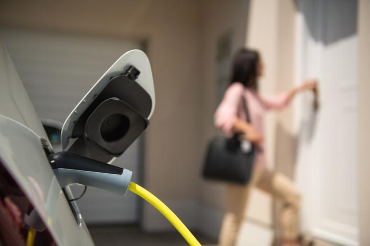 Une voiture électrique se recharge au domicile du conducteur