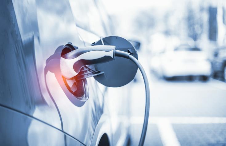 Un véhicule électrique en train d'être rechargé