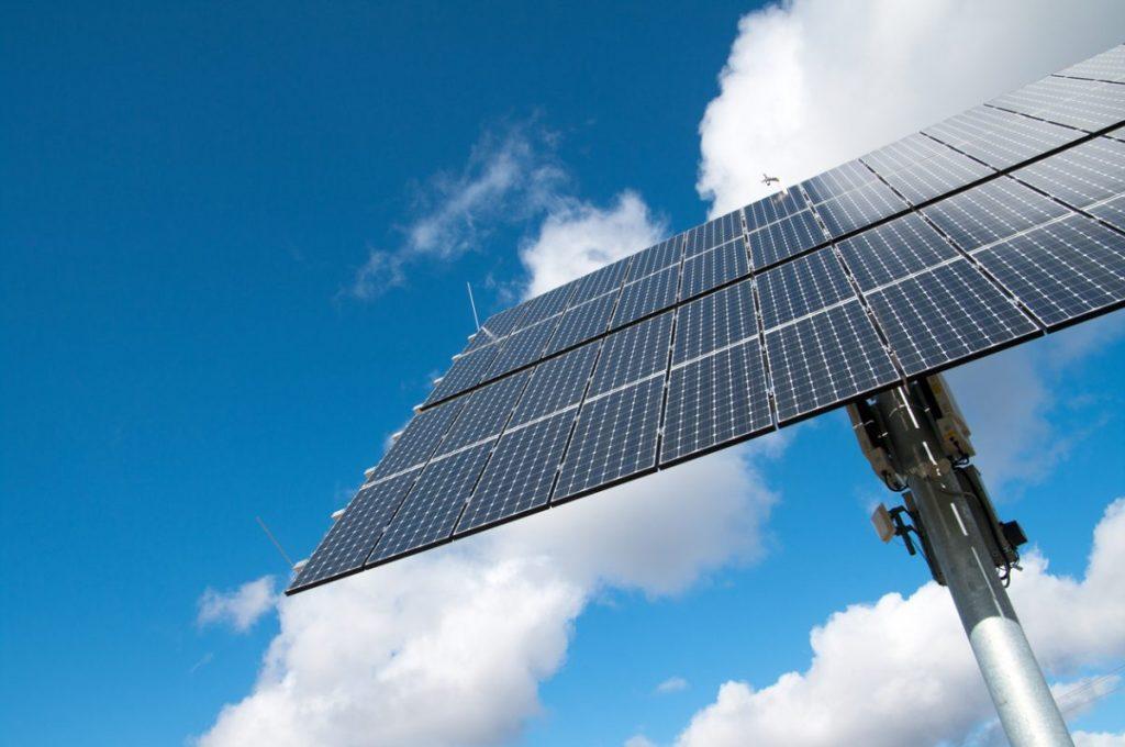 batterie voiture electrique avec panneaux solaires