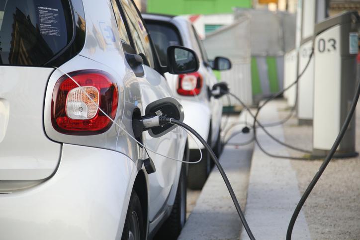 véhicule-électrique-en-chargement