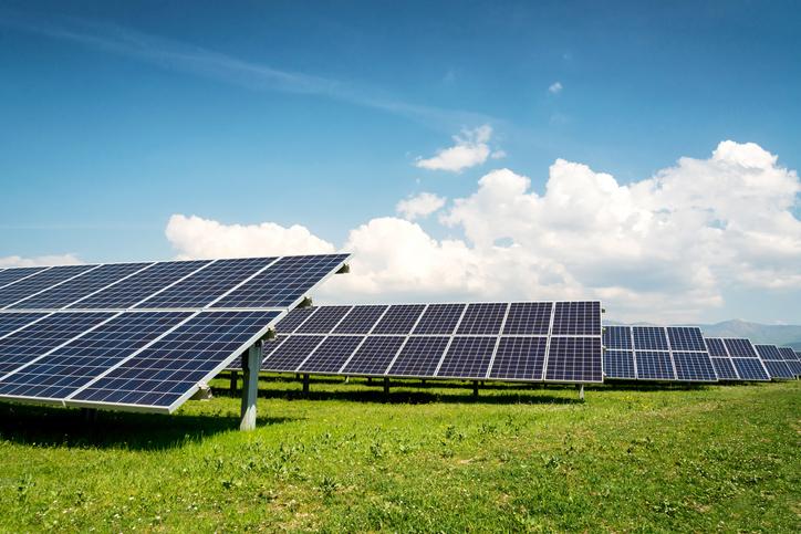 panneaux-solaires-dans-un-paysage-de-campagne
