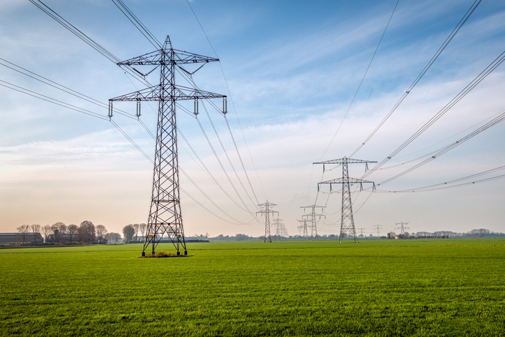 pylônes-électriques-dans-un-paysage-de-campagne